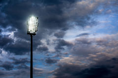 黑暗的夜空的体育场光 库存照片