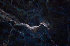 黑暗的大理石纹理通过射击了与白色深刻成脉络 库存照片