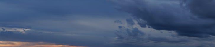 黑暗的天空全景 库存照片