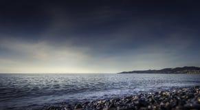 黑暗的天空和海日落的 库存照片