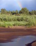 黑暗的天空,彩虹 伏尔加河的银行 免版税库存图片