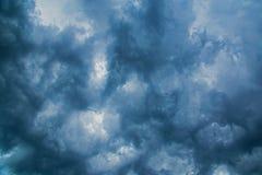 黑暗的威胁的雷雨云,在风暴之前 免版税库存照片