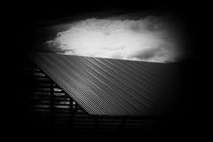 黑暗的对比屋顶 库存图片