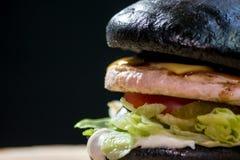 黑暗的小圆面包汉堡 免版税图库摄影