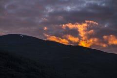 黑暗的山在晚上 免版税库存图片