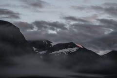 黑暗的山在晚上 免版税库存照片