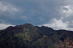 黑暗的山 库存照片