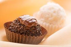 黑暗的巧克力和白色甜点 免版税库存图片