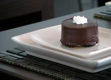 黑暗的巧克力圆形蛋糕 免版税库存图片
