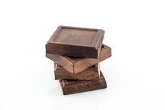 黑暗的巧克力块不甜的健康快餐,隔绝在白色背景 库存照片