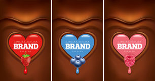 黑暗的巧克力心脏用草莓,蓝莓,莓 库存例证