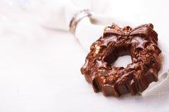 黑暗的巧克力欢乐圣诞节花圈 免版税库存照片