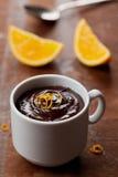 从黑暗的巧克力沫丝淋的可口点心与橙色切片装饰了柑橘果皮 库存图片