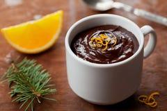 从黑暗的巧克力沫丝淋的可口点心与橙色切片装饰了柑橘果皮 免版税库存照片