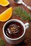 从黑暗的巧克力沫丝淋的可口点心与橙色切片装饰了柑橘果皮 库存照片