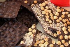 黑暗的巧克力用榛子 免版税库存照片