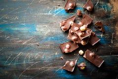 黑暗的巧克力用榛子 库存图片
