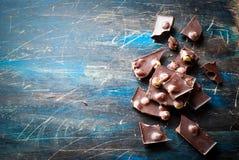 黑暗的巧克力用榛子 免版税库存图片