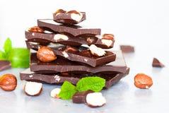 黑暗的巧克力用榛子 免版税图库摄影