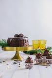 黑暗的巧克力蛋糕用曲奇饼和杯形蛋糕莓果在白色木背景 免版税库存图片