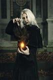 黑暗的巫婆操作火 库存照片