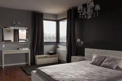 黑暗的昂贵的卧室 免版税库存照片