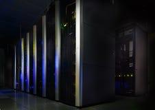 黑暗的服务器室,与明亮的色的光行动 免版税库存照片