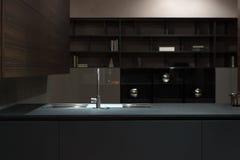黑暗的木厨房水槽 库存照片