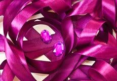 黑暗的桃红色缎丝带和宝石 库存图片
