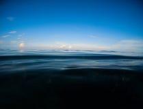 黑暗的海和深蓝天 与海水和天空的双重风景 库存图片