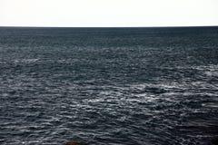 黑暗的海水简单的射击  免版税库存图片