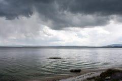 黑暗的湖波纹 图库摄影