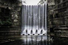黑暗的瀑布 库存照片