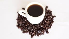 黑暗的烘烤咖啡和豆 免版税图库摄影