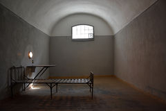黑暗的监狱牢房在彼得和保罗堡垒 库存图片
