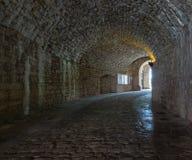 黑暗的石街道在一个老镇 库存照片