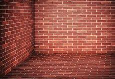 黑暗的砖墙角落 免版税库存图片