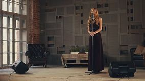 黑暗的礼服和萨克斯管吹奏者的爵士乐歌唱者在阶段的衣服的 舞蹈 表现 股票视频
