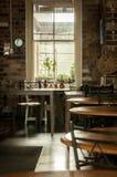 黑暗的空的咖啡馆 免版税图库摄影