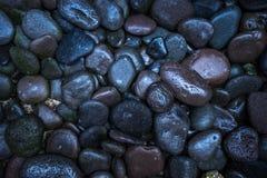 黑暗的纹理小卵石特写镜头 小卵石背景 库存图片