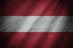 黑暗的纺织品背景或纹理与混和奥地利旗子 免版税库存照片