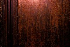 黑暗的老可怕生锈的概略的金黄和铜金属表面纹理/背景为万圣夜或被困扰的房子比赛背景/文本 库存图片