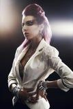 黑暗的背景的时髦的女孩 免版税库存图片
