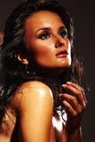 黑暗的背景的热的女孩 免版税库存图片