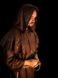 黑暗的背景的神奇修士 免版税图库摄影