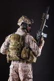 黑暗的背景的美国陆军战士 免版税库存照片