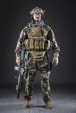 黑暗的背景的美国陆军战士 免版税库存图片