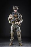 黑暗的背景的美国陆军战士 免版税图库摄影