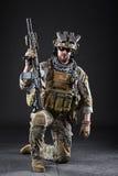 黑暗的背景的美国陆军战士 库存图片
