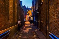 黑暗的胡同在唐人街在伦敦,英国,在晚上 库存照片